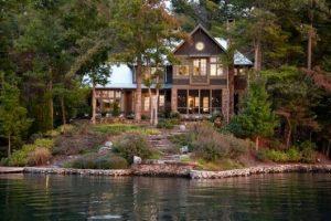 casas no lago com parede de madeira
