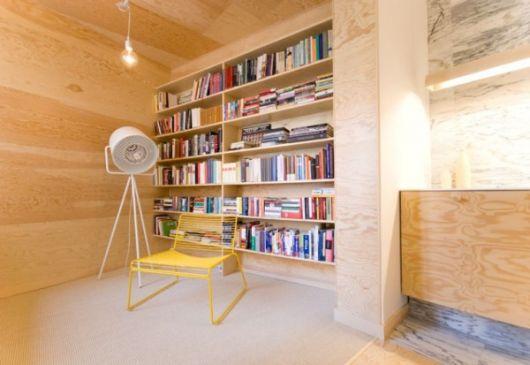 estante-de-madeira-clara-para-livros