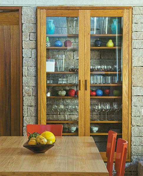 estante-de-madeira-com-porta-diferente