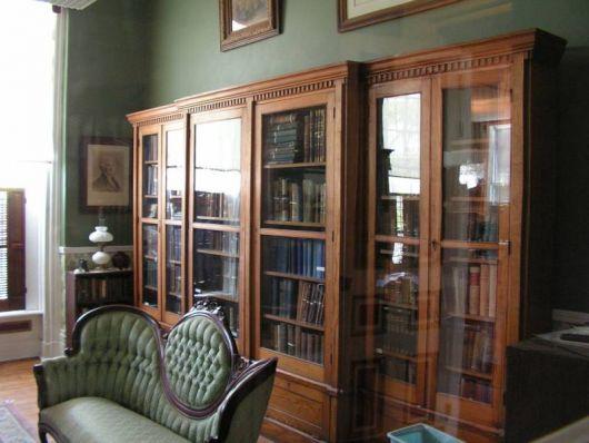 estante-de-madeira-porta-de-vidro-rustica