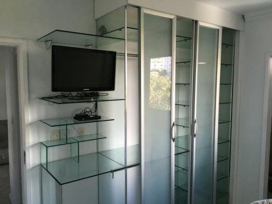 estante-de-vidro-no-quarto