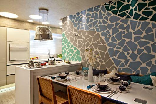 coloridos na parede e as almofadas para incrementar a mesa com banco