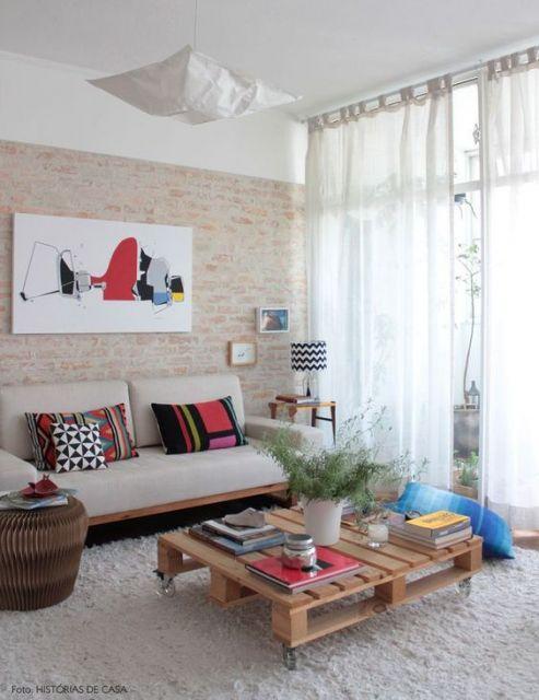 sala com parede de tijolo aparente