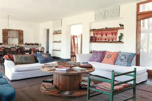 sofá branco decorado com almofadas