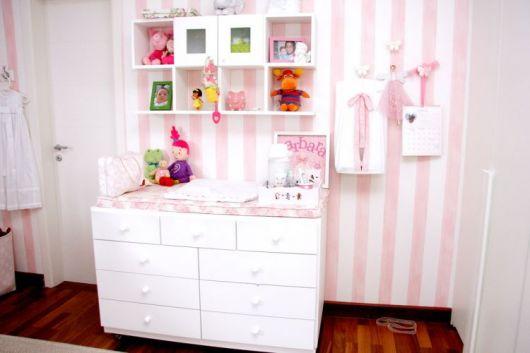 nichos-para-quarto-de-bebe-com-fundo-papel