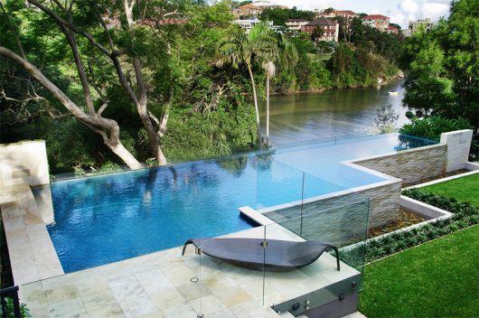 Piscinas de luxo 35 modelos exuberantes e impressionantes for Fotos de piscinas infinity
