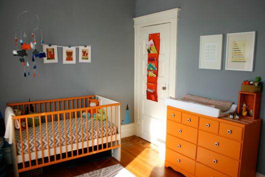 quarto-de-bebe-cinza-e-laranja-1