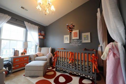 quarto-de-bebe-cinza-e-laranja
