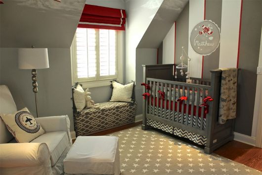 quarto-de-bebe-cinza-e-vermelho-1