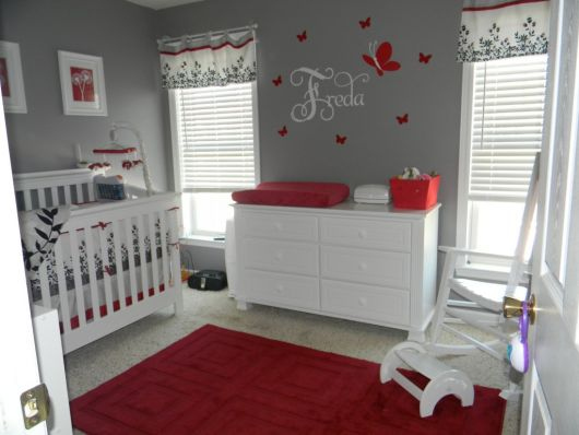 quarto-de-bebe-cinza-e-vermelho