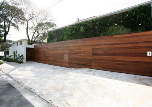 fachadas-de-muros-de-madeira-escura