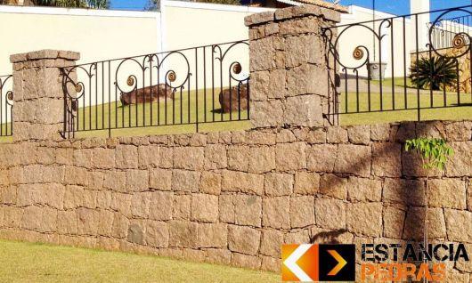 fachadas-de-muros-de-pedra-com-portao