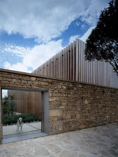 fachadas-de-muros-de-vidro-e-pedra