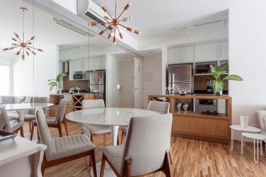 sala de jantar com mesa redonda