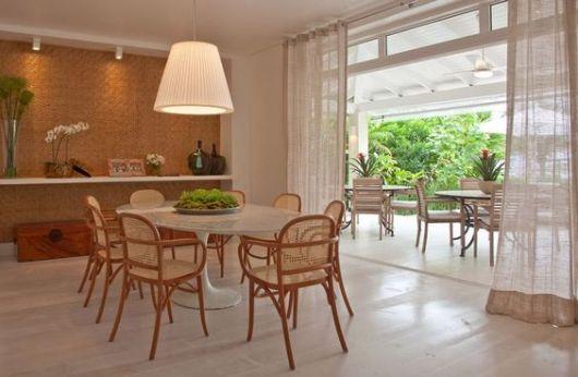 mesa de jantar com cadeiras de madeira