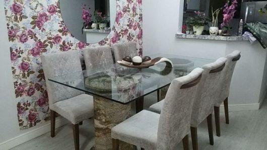 sala de jantar com papel de parede