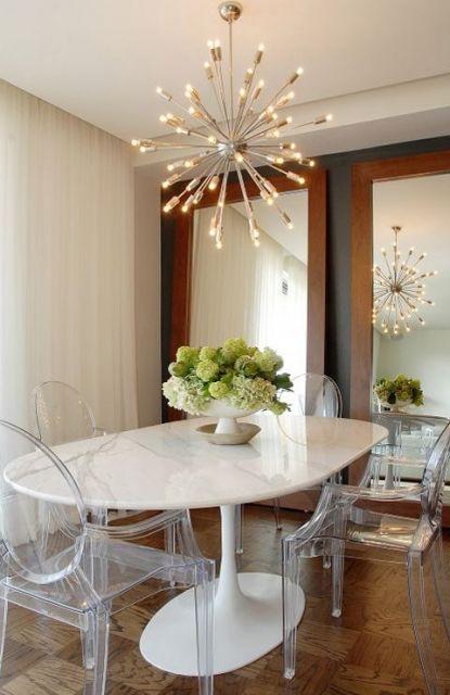 mesa de jantar com cadeiras de acrílico