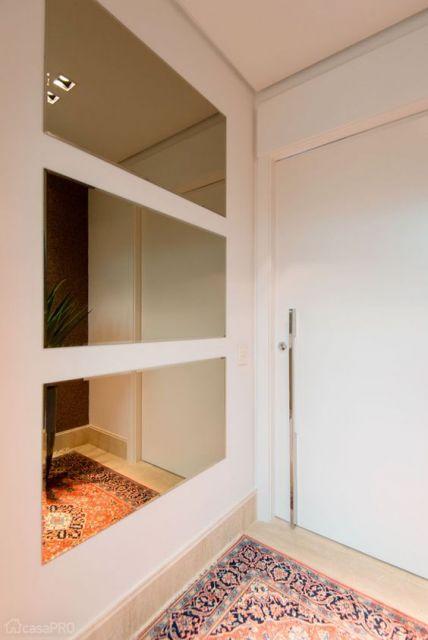 porta branca entrada