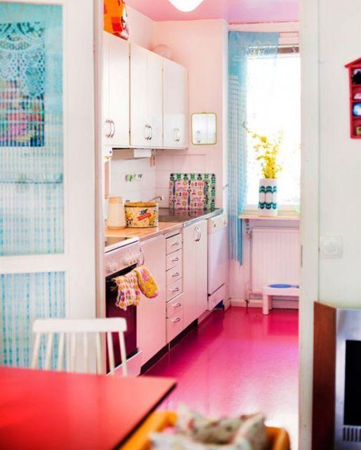 Na cozinha, o piso foi pintado de pink