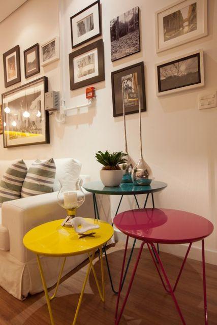 decoração com mesinhas coloridas