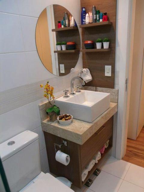 banheiro com piso branco
