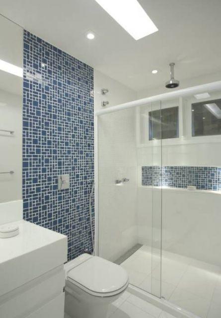 banheiro azul e branco