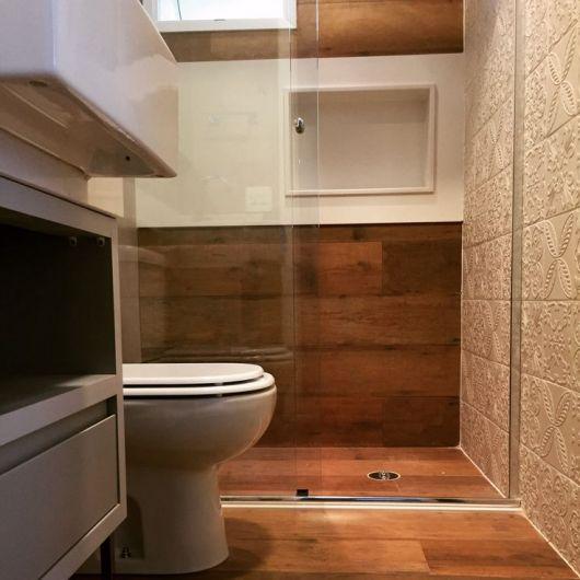 piso imita madeira banheiro