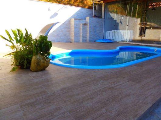 piso amadeirado piscina