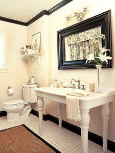 rodapé alto preto para banheiro