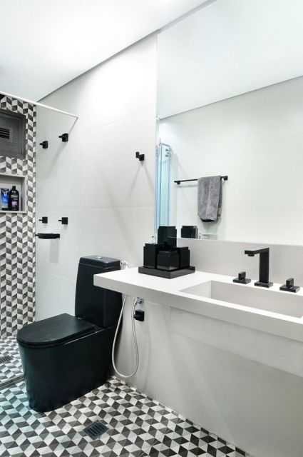 banheiro com vaso sanitário preto