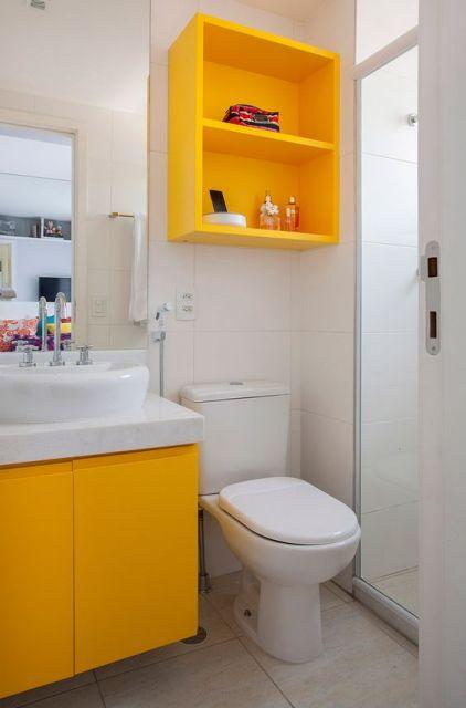 banheiro branco e amarelo