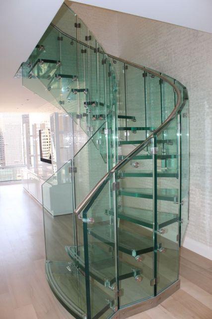 escada caracol com guarda corpo
