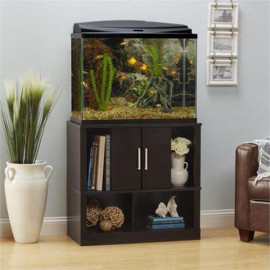 Aquário com móvel com pequeno armário e prateleiras