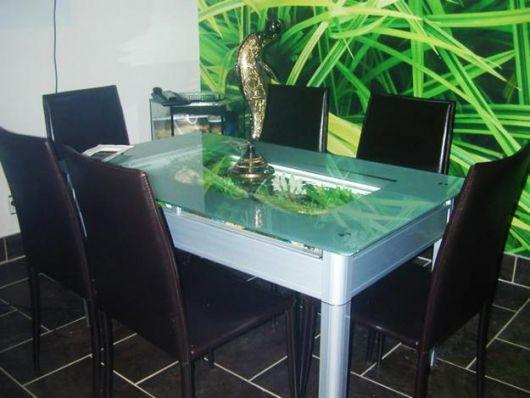 Aquário com móvel como mesa de jantar