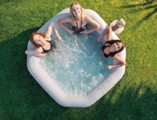 Ofurô inflável com três mulheres dentro