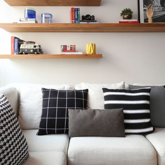 sala com prateleiras parede