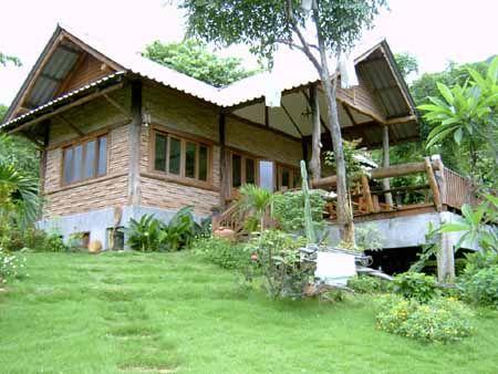 casa com janelas de madeira