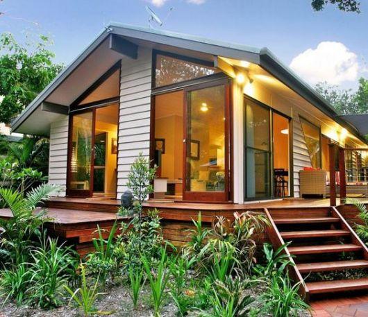 casa simples com janelas de vidro