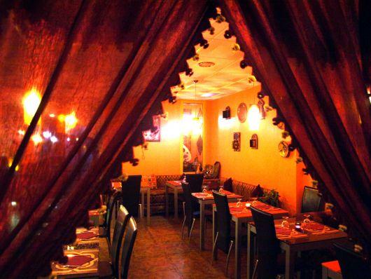 Cortina e luminárias que lembram a cultura árabe.