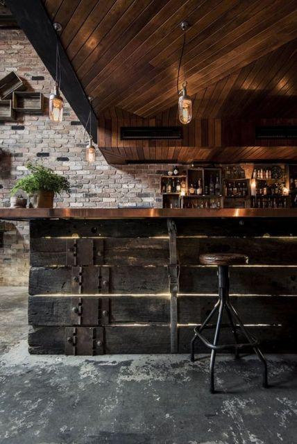 Balcão e teto de madeira.