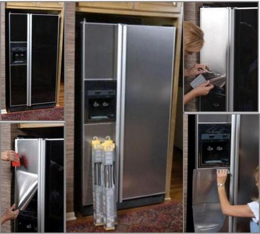 Mulher forrando a geladeira com contact cinza.
