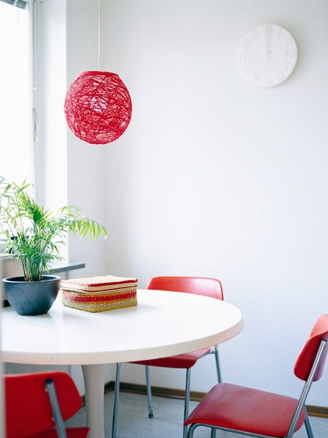 sala de jantar com lustre barbante