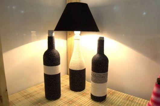 abajur de garrafa de vinho com barbante ao redor