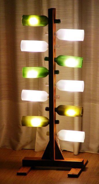 luminária feita com várias garrafas de vinho