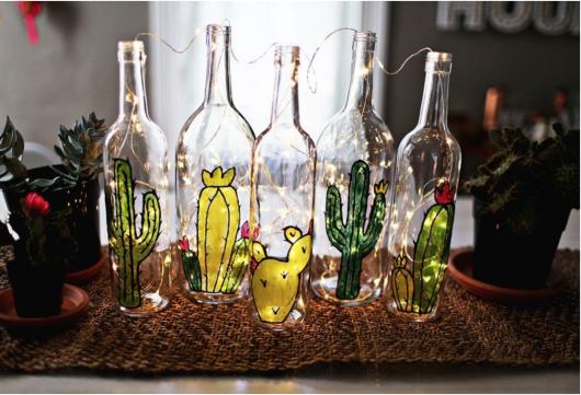 abajur de garrafa de vidro com desenhos e pisca-pisca
