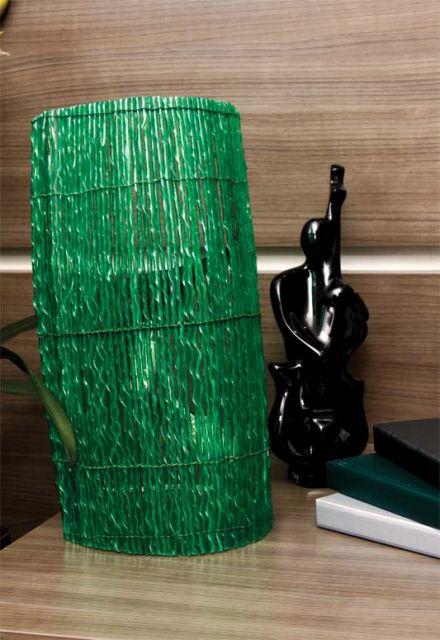 abajur feito de tiras torcidas de garrafas pet