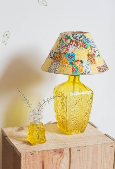 abajur de garrafa amarela com cúpula de patchwork