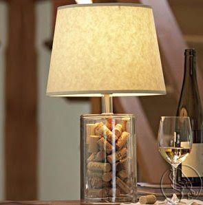 abajur de garrafa com rolhas de vinho dentro