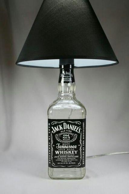 abajur de garrafa com logo da bebida