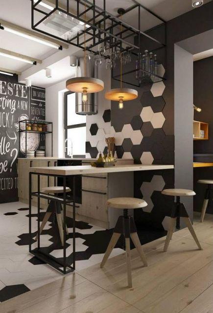 Parede e piso da cozinha em azulejos preto e branco.